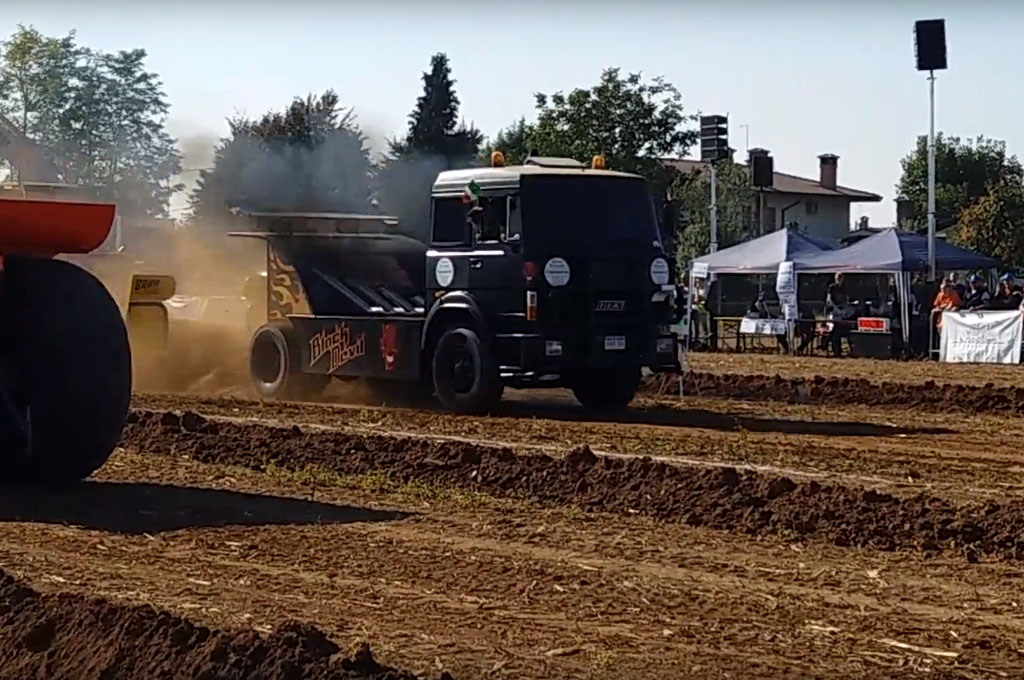 Tractor power pullling a Musano